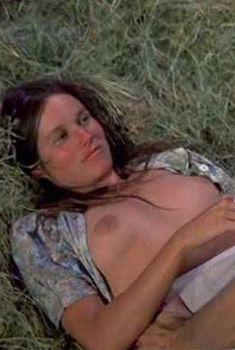 Голая Барбара Херши в фильме «Берта по прозвищу «Товарный вагон»», 1972