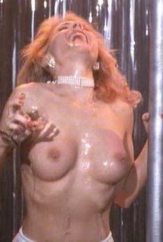 Голая Барбара Элин Вудс в фильме «Танец со смертью», 1992