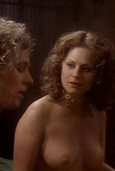 Голая грудь Беверли Д'Анджело в фильме «Первая любовь», 1977