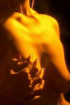 Голая грудь Беренис Марло в сериале «Скорая медицинская помощь», 2006