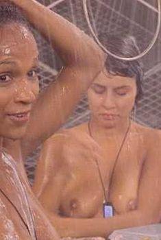 Голая грудь Блейк Линдсли в фильме «Звездный десант», 1997
