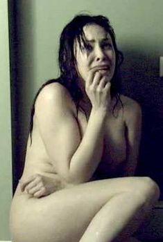 Голая Бобби Сью Лютер в фильме «Похороненная», 2009