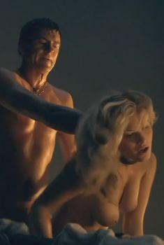 Голая Бонни Свин в сериале «Спартак. Кровь и песок», 2010