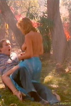 Голая грудь Бренды Бакки в фильме «Последнее средство», 1986