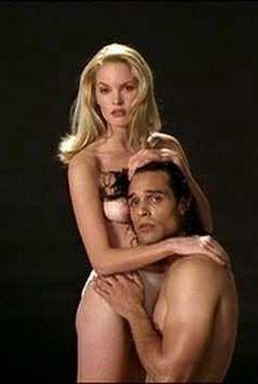 Голая сиська Бриджит Уилсон в фильме «Настоящая блондинка», 1997