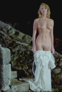 Брижит Лаэ разделась догола в фильме «Гроздья смерти», 1978