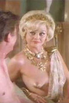 Голая грудь Бритт Экланд в фильме «Скандал», 1989