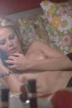 Голая грудь Бритт Экланд в фильме «Убрать Картера», 1971