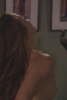 Голый сосок Брук Лэнгтон в сериале «Дурман», 2005