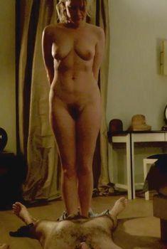 Полностью голая Валери Маэс в фильме «Сексуальные хроники французской семьи», 2012