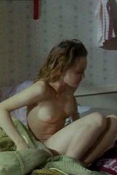 Голая Ванесса Паради в фильме «Белая свадьба», 1989