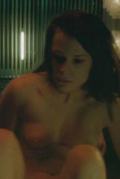 Голая грудь Верле Батенс в фильме «Лофт», 2008