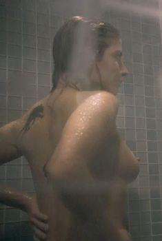 Голая Вероника Розати в фильме «Неудержимый», 2012