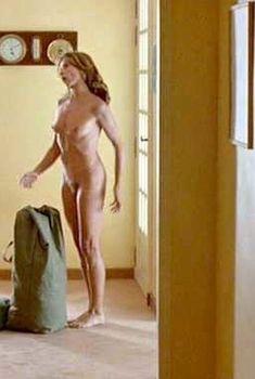 Полностью голая Виктория Абриль в фильме «Проклятый газон», 1995