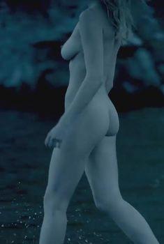 Голая Гайя Уайсс в сериале «Викинги», 2013