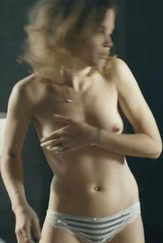 Голая грудь Гитте Уитт в фильме «Порнояйца», 2013