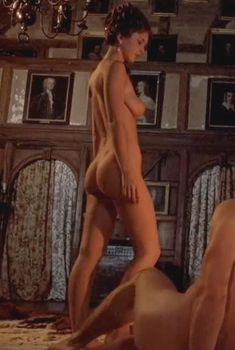 Голая Глайнис Барбер в фильме «Злодейка», 1983