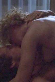Голая грудь Гленн Клоуз в фильме «Зазубренное лезвие», 1985