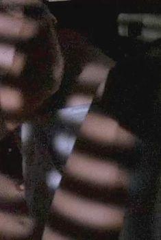 Засвет соска Голди Хоун в фильме «Птичка на проводе», 1990