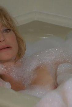 Голди Хоун засветила сосок в фильме «Сестры Бэнгер», 2002