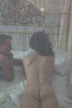 Голая Грета Скакки в фильме «Жара и пыль», 1982