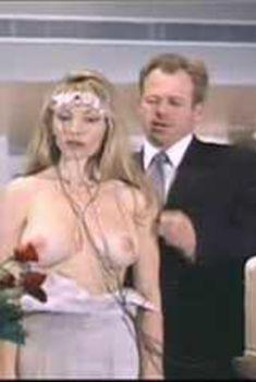 Голая Гриффин Дрю в фильме «Соблазн подсознания», 1996