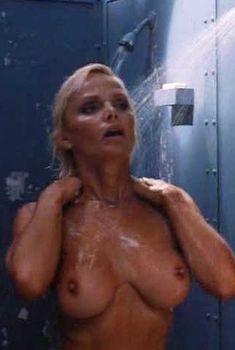 Голая Гэйл Харрис в фильме «Сестры в камере. Загнанные за решетку», 1995