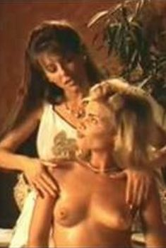 Голая Данин Бун в сериале «Бордель в Беверли Хиллз», 1996