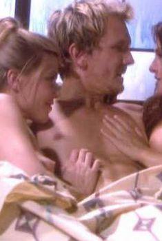 Голая грудь Данин Бун в сериале «Одиссея 5», 2002