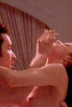 Голая грудь Деби Мейзар в фильме «Бесплатные деньги», 1993
