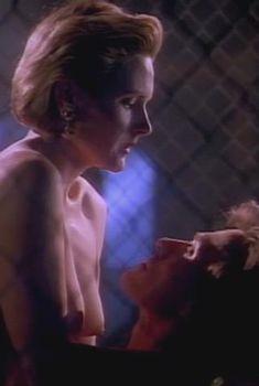 Голая Дениз Кросби в сериале «Дневники «Красной туфельки»», 1992
