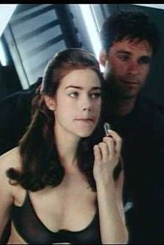 Дениз Ричардс в прозрачном лифчике в фильме «Звездный десант», 1997