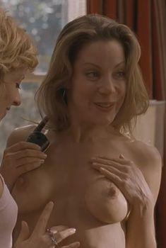 Голая грудь Денис Фэй в фильме «Американский пирог 2», 2001