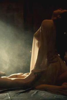 Голая Джанин Мэйсон в сериале «Цари и пророки», 2015