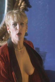 Джейми Ли Кёртис засветила грудь в фильме «Мамины дети», 1994