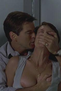 Голая Джейми Ли Кёртис в фильме «Портной из Панамы», 2001