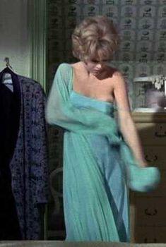 Джейн Фонда засветила грудь в фильме «Каждую среду», 1966