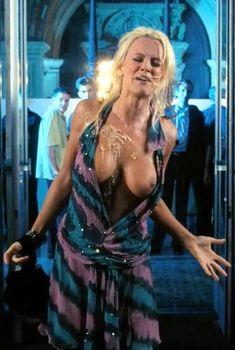 Дженни МакКарти засветила грудь в фильме «Грязная любовь», 2005