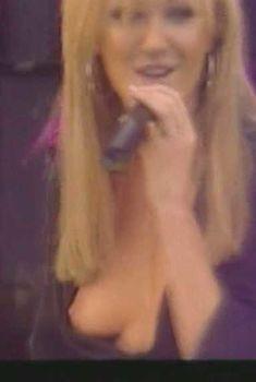 Красотка Дженни Фрост засветила грудь во время концерта Atomic Kitten