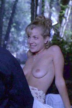 Голая грудь Дженнифер Аспен в фильме «Иногда они возвращаются снова», 1996