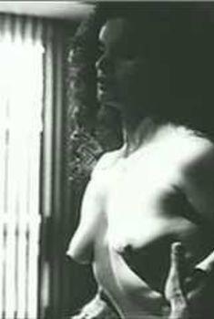 Голая грудь Дженнифер Гатти в фильме «Двойное разоблачение», 1994