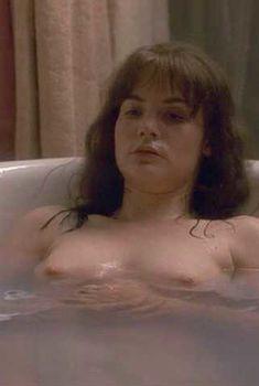 Голая Дженнифер Джейсон Ли в фильме «Одинокая белая женщина», 1992