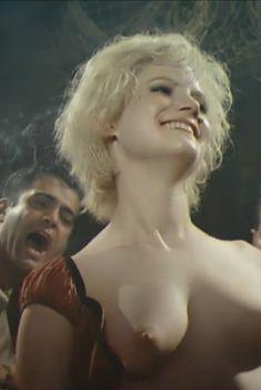 Голая Дженнифер Джейсон Ли в фильме «Последний поворот на Бруклин», 1989