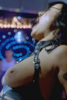 Голая Дженнифер Тилли в фильме «Танцы в «Голубой игуане»», 2000