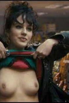 Красотка Джессика Браун-Финдли показала голую грудь в фильме «Альбатрос», 2011
