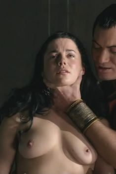 Голая Джессика Грэйс Смит в сериале «Спартак. Боги арены», 2011