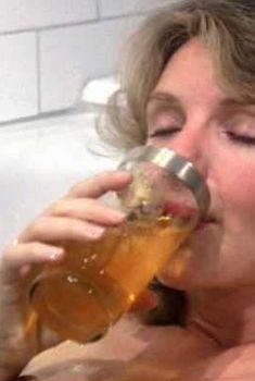 Джилл Клейбёрг засветила сосок в фильме «Танцую так быстро, как могу», 1982