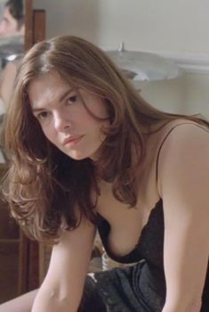 Джинн Трипплхорн засветила голую грудь в фильме «Осторожно! Двери закрываются», 1997