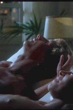 Голая грудь Джоанны Пакулы в фильме Not Quite Paradise, 1984
