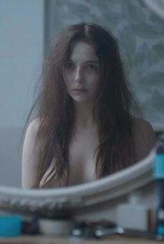 Голая грудь Джоди Комер в сериале «Тринадцать», 2016